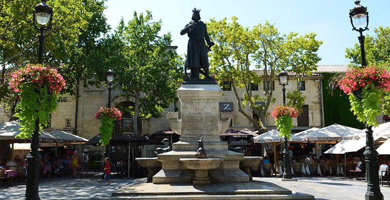 Platz-mit-Ludwigsstatue-Aigues-Mortes-Camargue