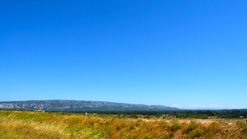 Plateau de Luberon mit Gebirge und Feldern