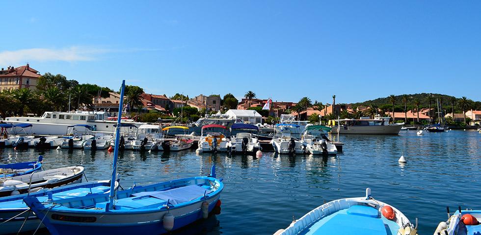 Porquerolles Hafen mit Restaurants