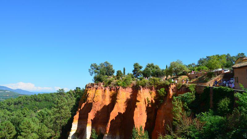 Roussillon im Luberon mit Blick auf die Ockerfelsen