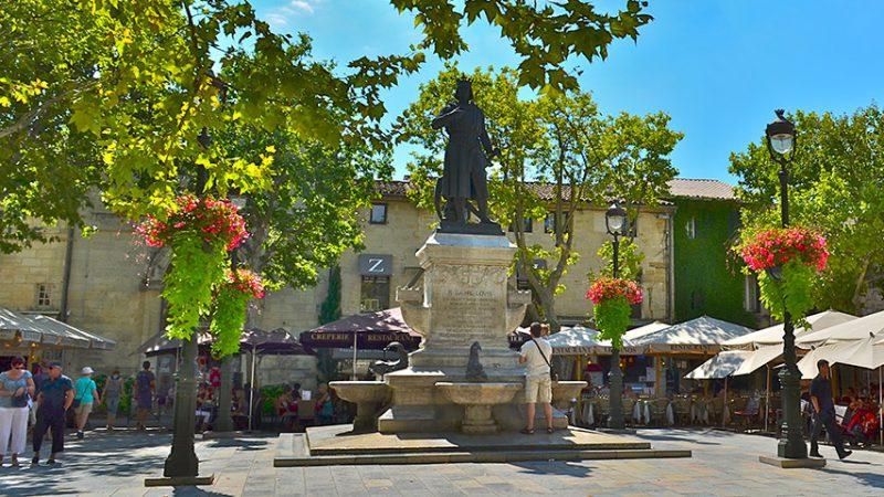 Aigues-Mortes-ville-place-saint-louis