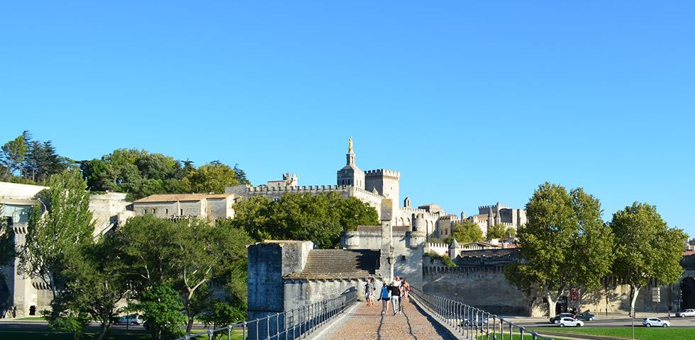 Blick von der Pont d'Avignon auf den Palast der Päpste