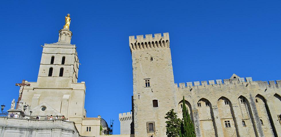 avignon-papstpalast-provence-aussenansicht