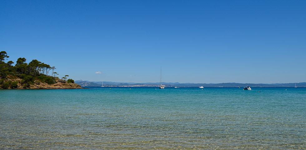Buchten mit türkisblauen Wasser auf Porquerolles