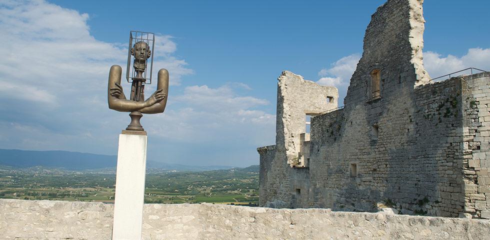 Sade Kunstwerk beim Schloss von Lacoste