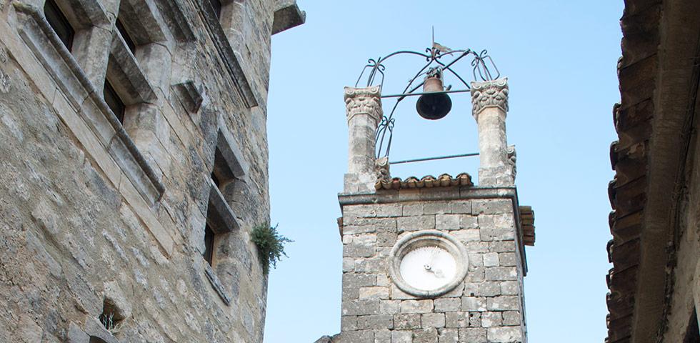 Kirche in Lacoste mit Glockenturm
